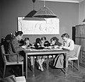 Het gezin zittend aan de eettafel met de avondmaaltijd, Bestanddeelnr 252-8766.jpg