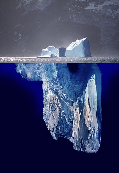 Fotomontaje de cómo se vería un iceberg completo. La parte superior (emergida) es una imagen real. La inferior (sumergida), es una imagen de otro iceberg.