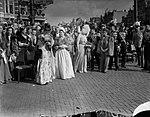 Inhuldiging koningin Juliana. Rijtoer met de Gouden Koets door Amsterdam. De bui, Bestanddeelnr 900-0211.jpg