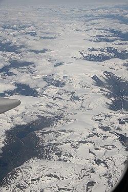 6695b0bf Det er den største isbreen på det europeiske fastlandet. Isbreer dekker 1 %  av hovedlandet og over 60 % av Svalbard.