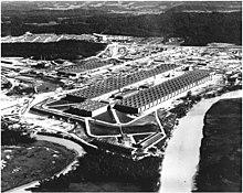 Schräge Luftaufnahme eines riesigen U-förmigen Gebäudes