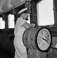 Kapitein in wit uniform met verrekijker in de stuurhut staande bij de scheepstel, Bestanddeelnr 255-4955.jpg