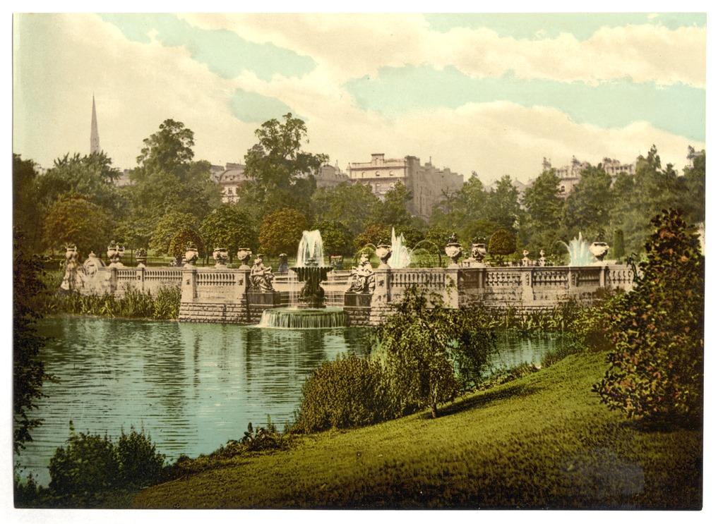 Fontaines du jardin italien du parc de Kensington à Londres.