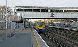 Kensington Olympia station MMB 02 378222.jpg