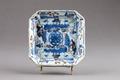 Kinesiskt fyrkantigt fat i porslin gjord under Qianlong (1735-1795) - Hallwylska museet - 95729.tif