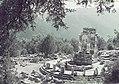 Kleurenfoto (enigszins verbleekt) van een tempelcomplex te Delphi, Bestanddeelnr 254-6557.jpg