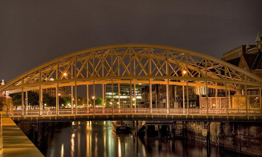 Kornhausbrücke in Speicherstadt Hamburg, by night