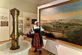 """Kurstadt Bad Mergentheim im Deutschordensmuseum. Lydia Lauer präsentiert das Gemälde """"Mergentheim von Westen"""", ein Werk des Malers Johann Eberhard aus dem Jahr 1858.jpg"""