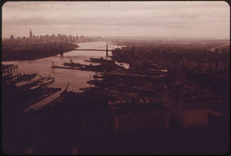 File:LOOKING NORTH TO LOWER MANHATTAN. BROOKLYN IN THE FOREGROUND. WILLIAMSBURG BRIDGE CROSSES EAST RIVER FROM BROOKLYN... - NARA - 548320.jpg
