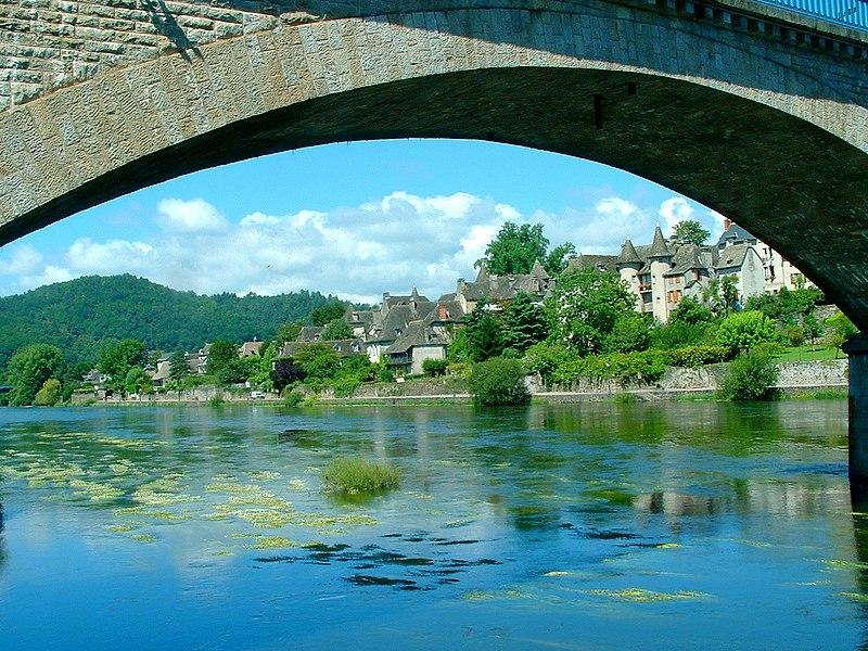 Pont de pierre sur la Dordogne à Argentat, Corrèze, 2007.