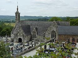 Lannédern 22 L'église, vue générale. A l'arrière-plan les Monts d'Arrée et le Mont Saint-Michel-de-Brasparts.JPG