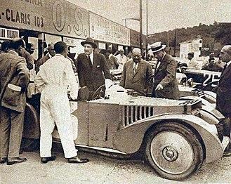 1925 24 Hours of Le Mans - Image: Le roi d'Espagne Alphonse XIII discute avec Léonard et Manzo de Zuniga, après leur victoire dans le Grand Prix Tourisme de Guypuzcoa 1926 (sur Chenard et Walcker)