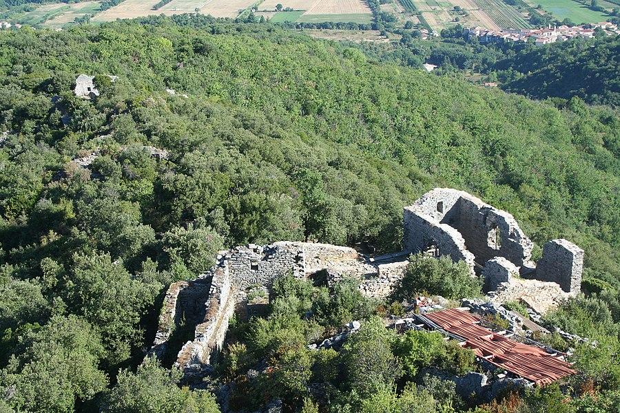 Les Aires (Hérault) - château de Mourcairol et vue sur le village des Aires.