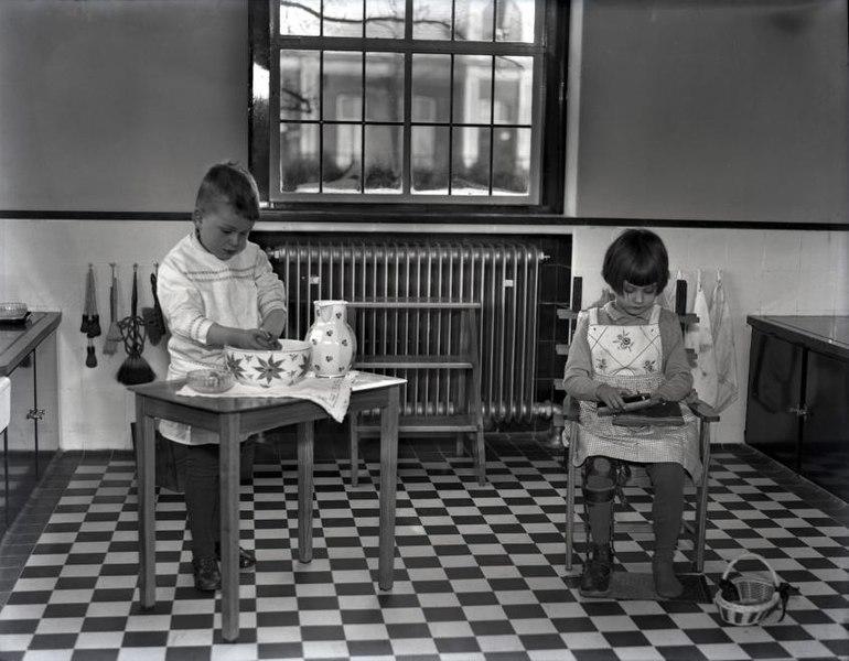 File:Les in schoenen poetsen en handen wassen - Lesson in washing hands and polishing shoes (3916314384).jpg