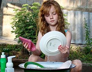 Алина никогда не моет посуду, если ей сказать:...