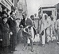 Louis Renault reçoit en mai 1932 à sa succursale des Champs Élysées M. Fouché, chef d'expédition du raid Alger-Gao et retour.jpg