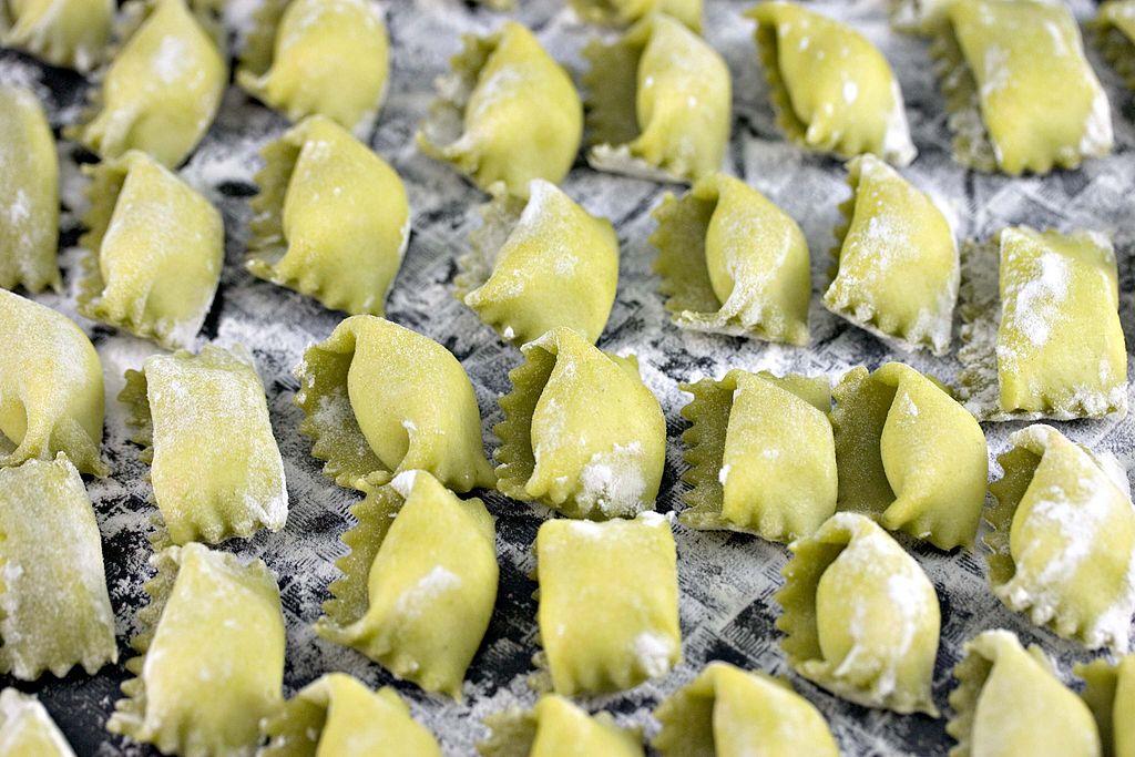 Agnolotti, pâtes farcies de forme rectangulaire, plus rarement semi- circulaire, d'origine piémontaise. Photo de H. Alexander Talbot