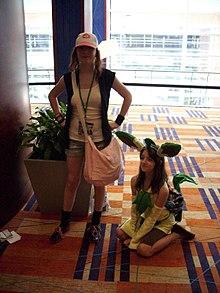Cosplay du personnage féminin et d'un Pokémon.