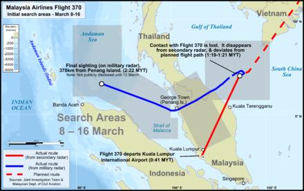 Mapa del sureste de Asia con la conocida ruta de vuelo del vuelo 370, los marcadores en determinados eventos (partió KLIA, perdió contacto con el ATC, última posición del radar militar), y las áreas de búsqueda en esta región.