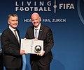 Macri recibe premio de la FIFA 02.jpg