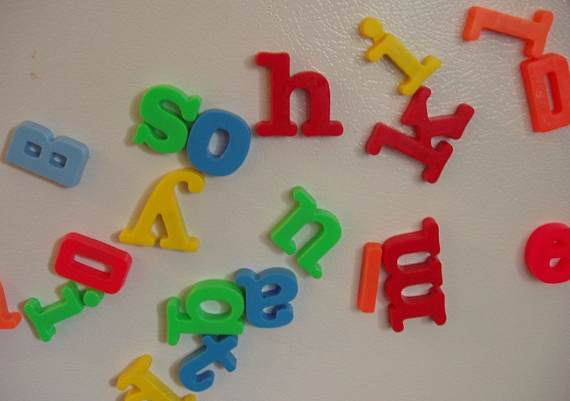 Tập tin:Magnetic letters scattered on a refrigerator door.jpg