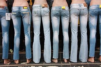 Low-rise pants - Mannequins with low-rise pants.