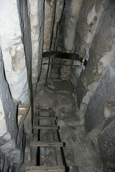File:Meidum Pyramide zentrale Kammer.jpg