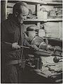 Metallin painamista, 1930-luku. Taideteollisuuskeskuskoulun opetustilanteita.-TaiKV-09-026.jpg