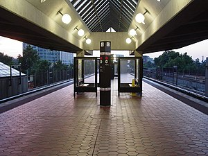 Metro platform at Rockville station, June 2004.jpg