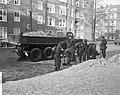 Militairen ruimen sneeuw in Amsterdam, de Cornelis Krusemanstraat wordt schoonge, Bestanddeelnr 914-7491.jpg