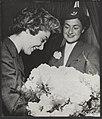 Minister-presidenten, bloemen, vrouwen, Leuv mw G vd, Mendes-France mw, Bestanddeelnr 084-0514.jpg