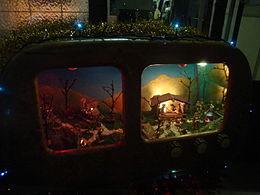 Presepe moderno, allestito in un vecchio apparecchio radiofonico