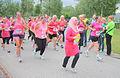 Moslim vrouw met een grote groep rennend Ladiesrun 2015.jpg