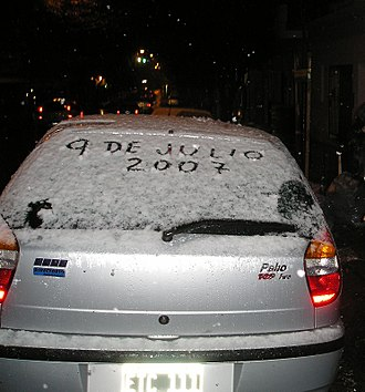 July 2007 Argentine winter storm - Car covered with snow in Buenos Aires city