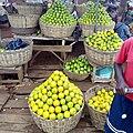 Oranges exposées en paniers à la vente à la gare automobile de Bohicon-Bénin (cropped).jpg