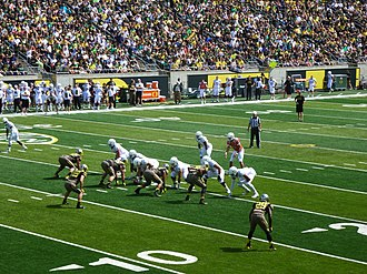 2013 Oregon Ducks football team - Marcus Mariota prepares to take a snap in the 2013 Oregon Spring Game