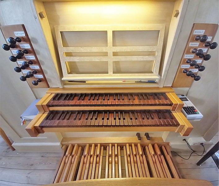 Datei:Ottobrunn, Kath. St. Otto (Kerssenbrock-Orgel, Spieltisch) (3).jpg