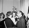 Patron Jean Dessès feliciteert Mademoiselle Colette, de winnares van de mooiste , Bestanddeelnr 254-0166.jpg