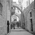Pelgrims en toeristen op Goede Vrijdag in een straatje (Via Dolorosa) in Jeruzal, Bestanddeelnr 255-5266.jpg