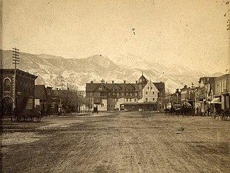 Antlers Hotel (Colorado Springs, Colorado) - Image: Pikes Peak Avenue, Antler's Hotel. (Pikes Peak in distance.), by Charles L. Gillingham cropped