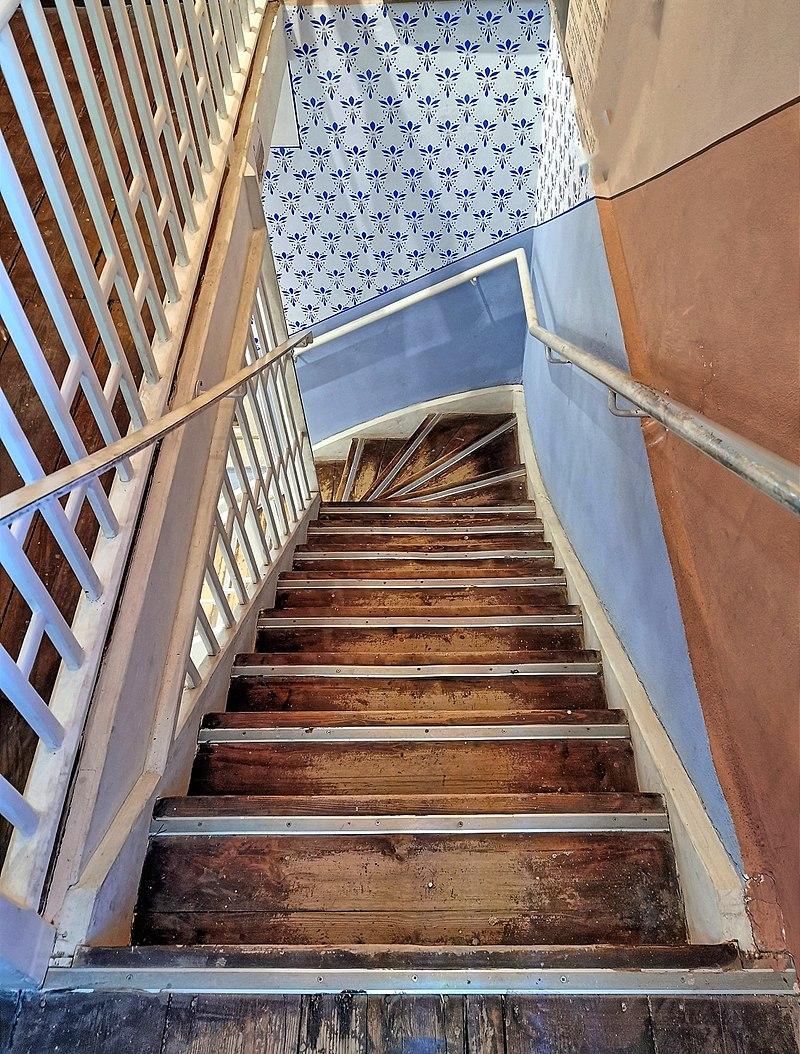 מדרגות בבניין בשרונה