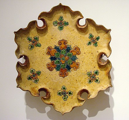 A Tang sancai-glazed lobed dish with incised decorations, 8th century Plat a offrandes Chine Musee Guimet 2418 3.jpg