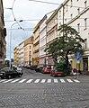 Pohled do Koubkovi z křižovatky s Bělehradskou.JPG