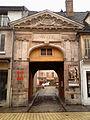 Portail-d'entrée-du-château-de-Nemours.jpg