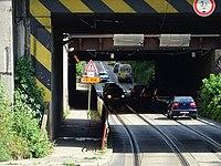 Průběžná, podjezd pod železničními tratěmi, otočený sloupek s dopravními značkami (01).jpg