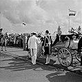 Prins Bernhard stapt in de calèche aan de kade van Willemstad, Bestanddeelnr 252-3586.jpg