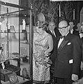 Prinses Beatrix opent antiekbeurs te Delft Prinses Beatrix en dhr J Schulman, Bestanddeelnr 915-2993.jpg