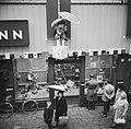 Regen in Sinterklaastijd, Zwarte Pieten aan gevel V&D, Bestanddeelnr 911-7761.jpg