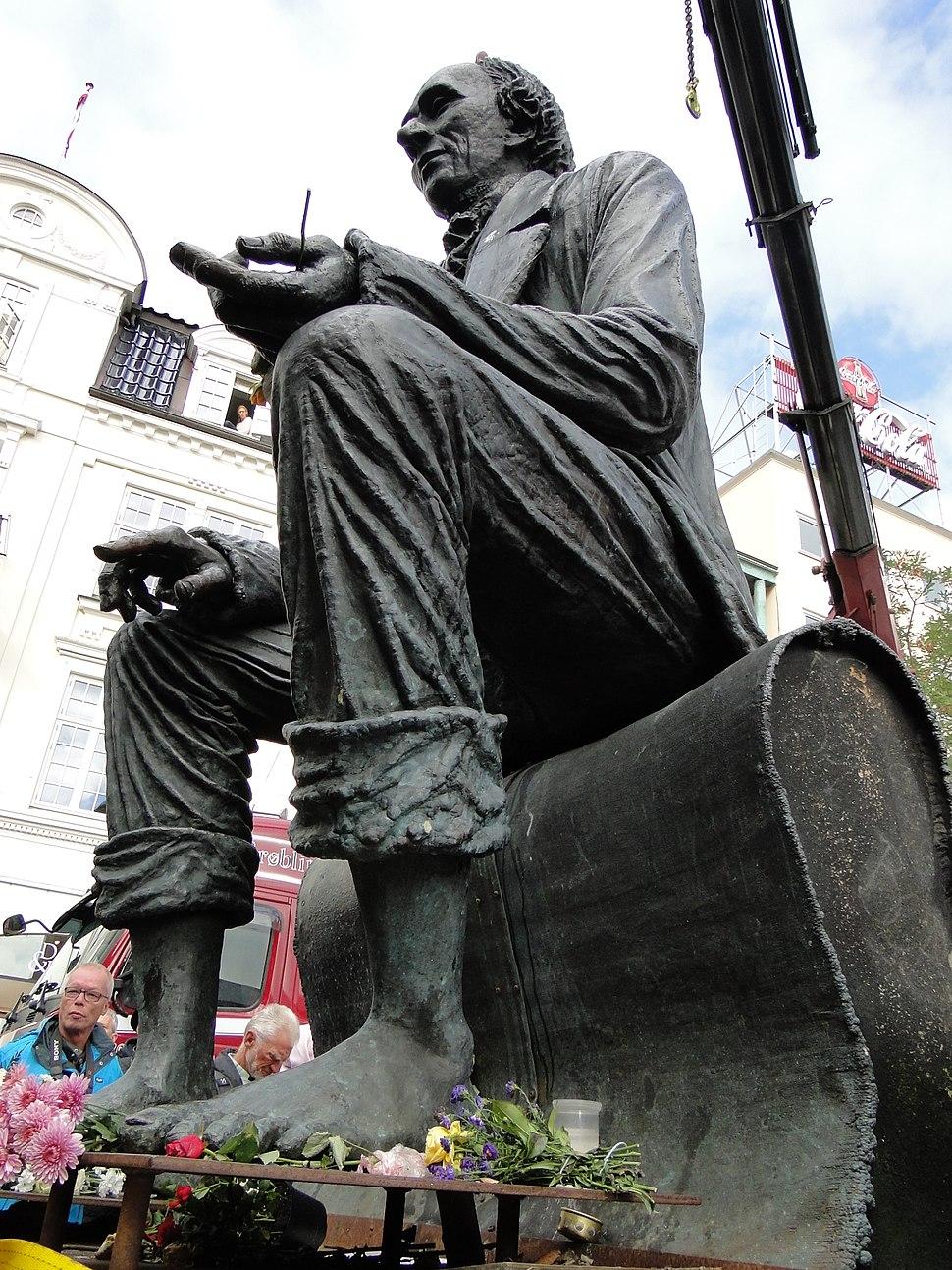 Sculpture Hans Christian Andersen in odense Harbor 3