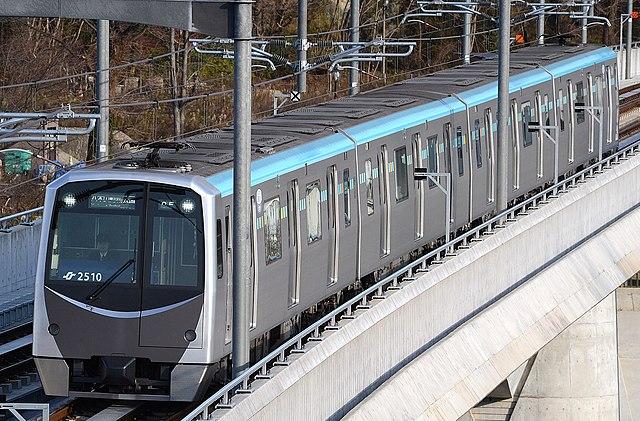 東西線の国際センター駅- 大町西公園駅間の広瀬川に掛かる陸橋を渡る仙台市地下鉄2000系電車